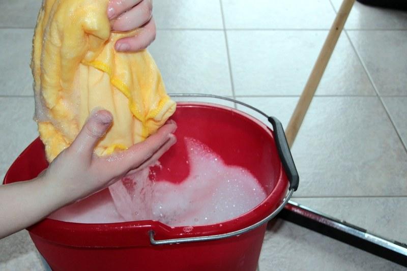 pulire pavimento sporco esterno